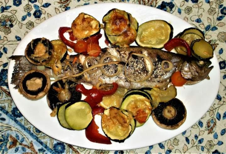 Pstrąg pieczony z warzywami i parmezanem