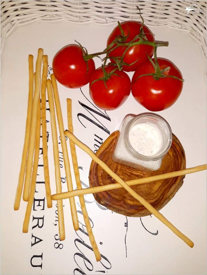 Szybki sos czosnkowo-bazyliowy do paluszków chlebowych