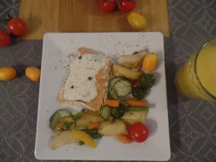 Łosoś atlantycki w sosie pieprzowym z warzywami