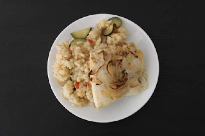 Dorsz pieczony na ryżu z warzywami