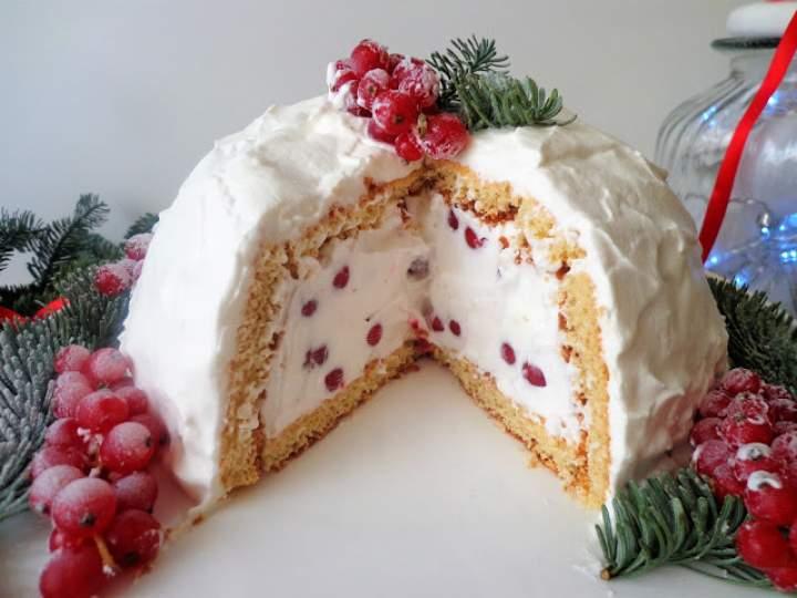 Kula śnieżna z biszkoptu z kremem chantilly, czerwoną porzeczką i granatem (Cupola di pan di spagna con crema chantilly, ribes rosso e melagrana)