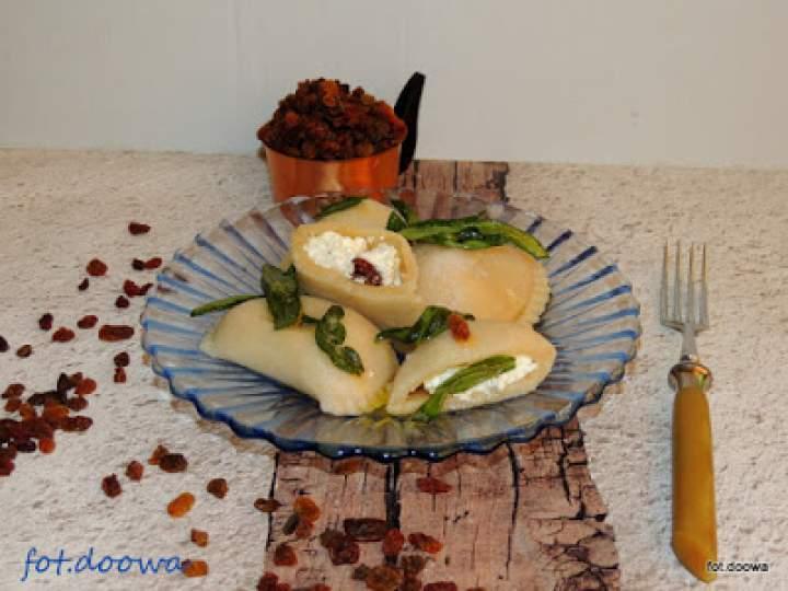 Pierogi z serem i rodzynkami z masłem szałwiowym