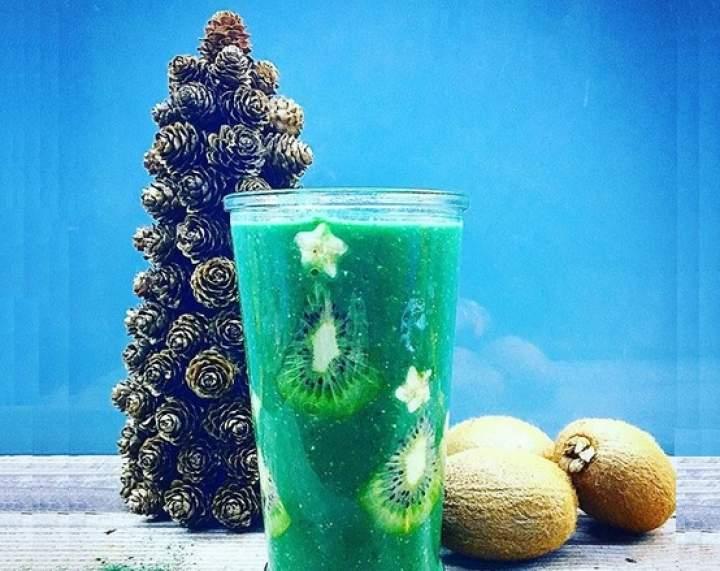 spirulina + kiwi + banan + płatki owsiane + woda kokosowa
