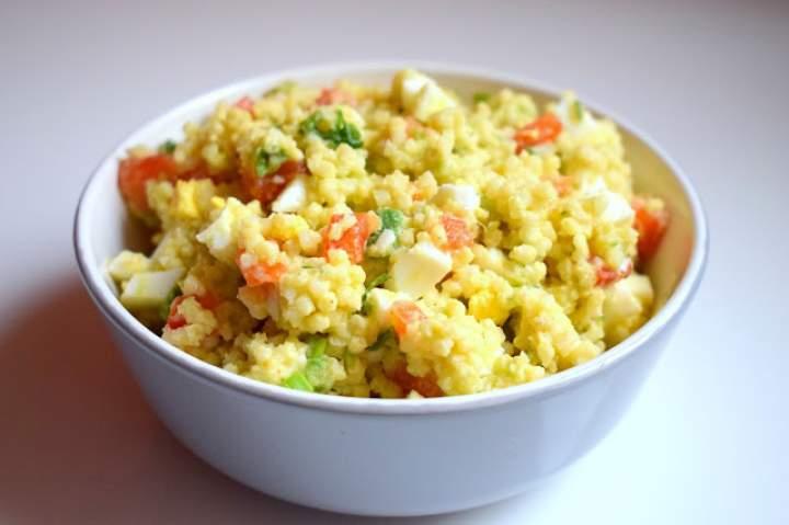 Lekka sałatka z kaszą jaglaną, jajkiem i awokado :)