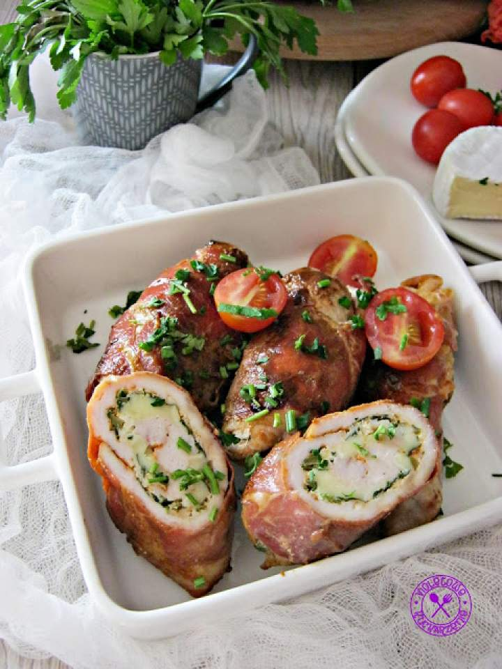 Roladki z kurczaka z camembertem, zielonymi oliwkami owinięte prosciutto