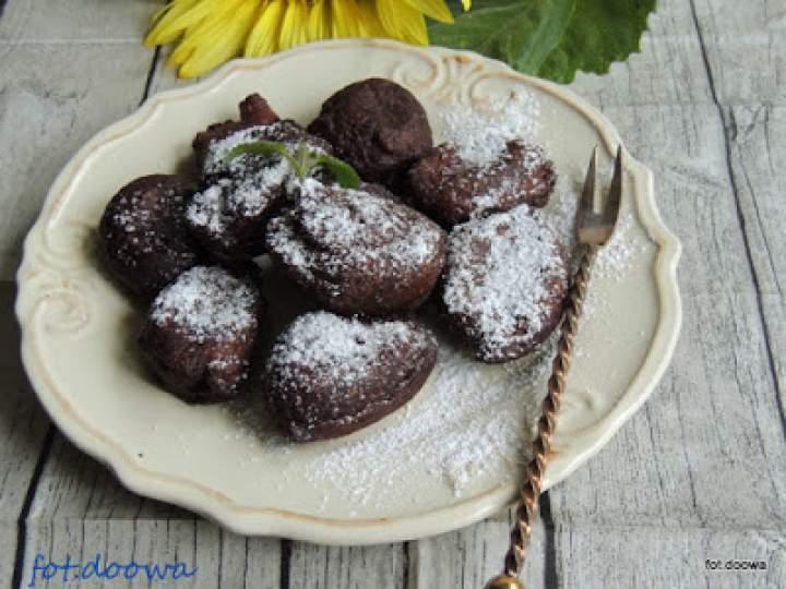 Placuszki – serniczki czekoladowe z syropem z daktyli