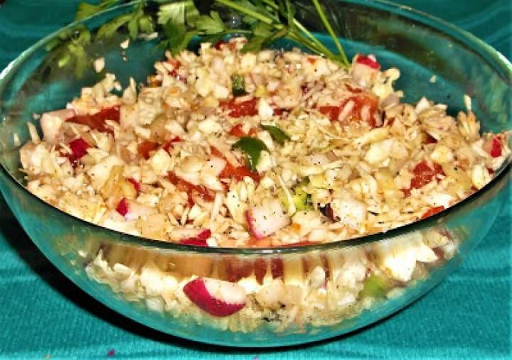Surówka z białej kapusty, rzodkiewki i pomidora z oliwą