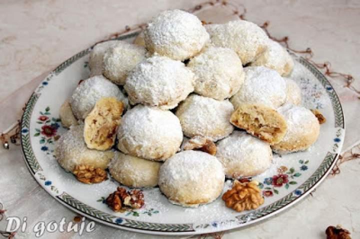 Śniegowe kule – zimowe ciasteczka mocno orzechowe