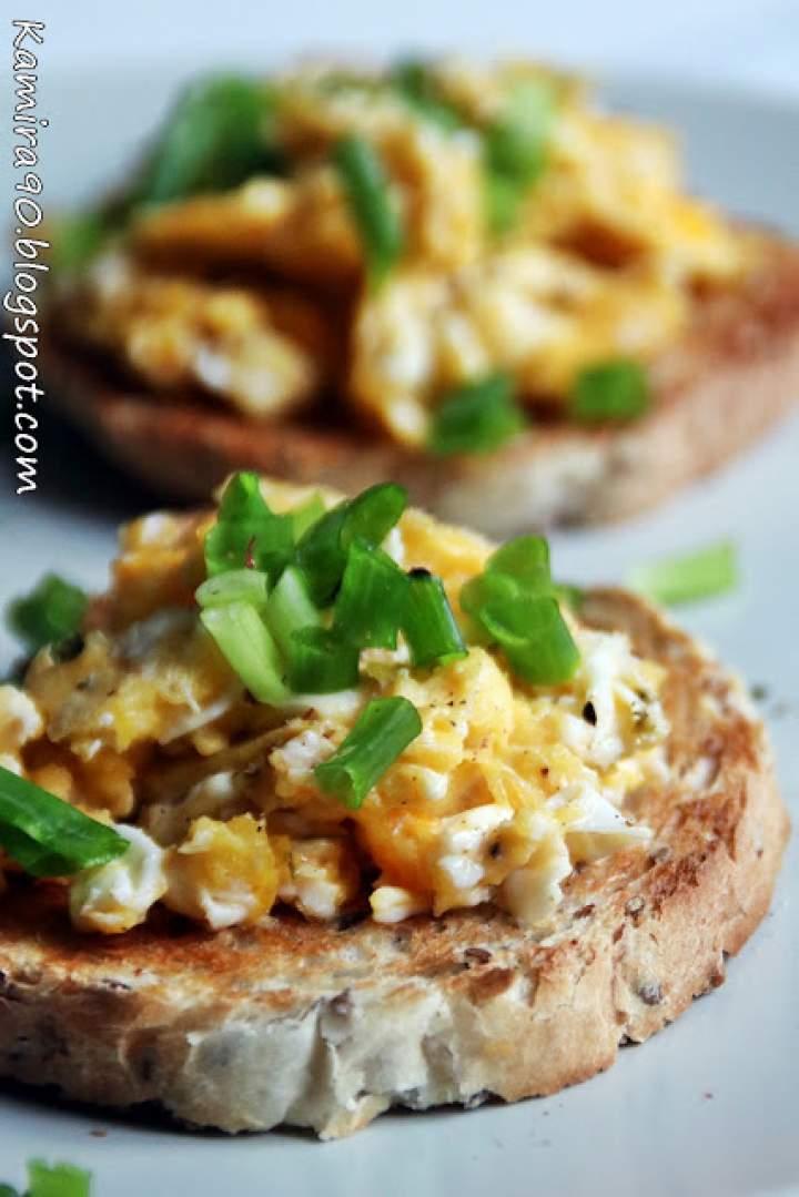 Jajecznica z bazylią na pełnoziarnistych tostach