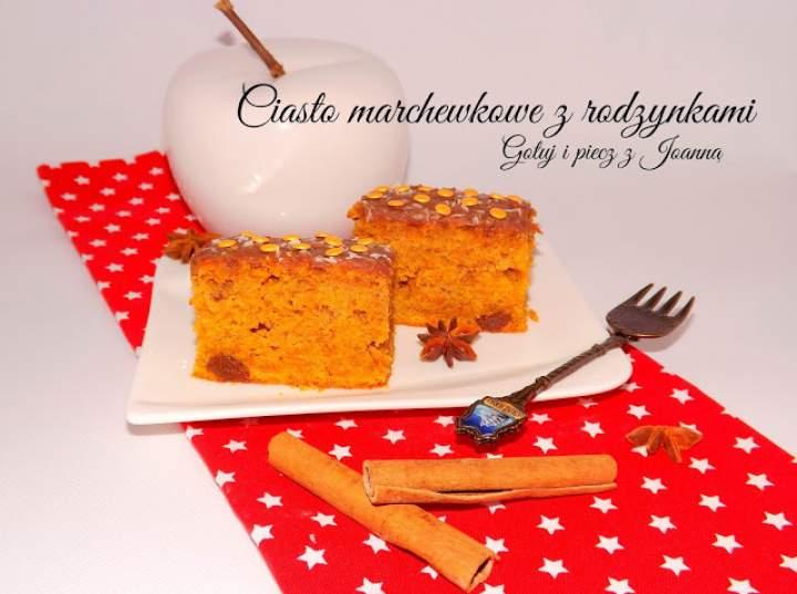 Wilgotne ciasto marchewkowe z rodzynkami i polewą czekoladową
