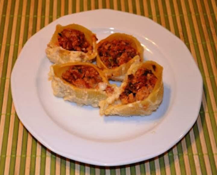 Zapiekany makaron nadziewany farszem pomidorowym z mięsem w sosie beszamelowym