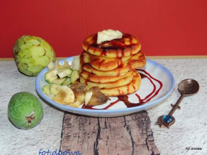 Kokosowe pancake z egzotycznymi owocami.