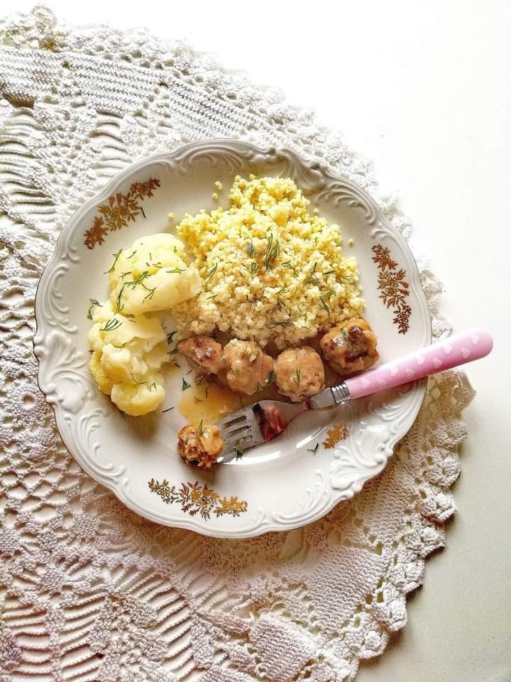 Minipulpeciki w sosie własnym z kaszą jaglaną i kalafiorem