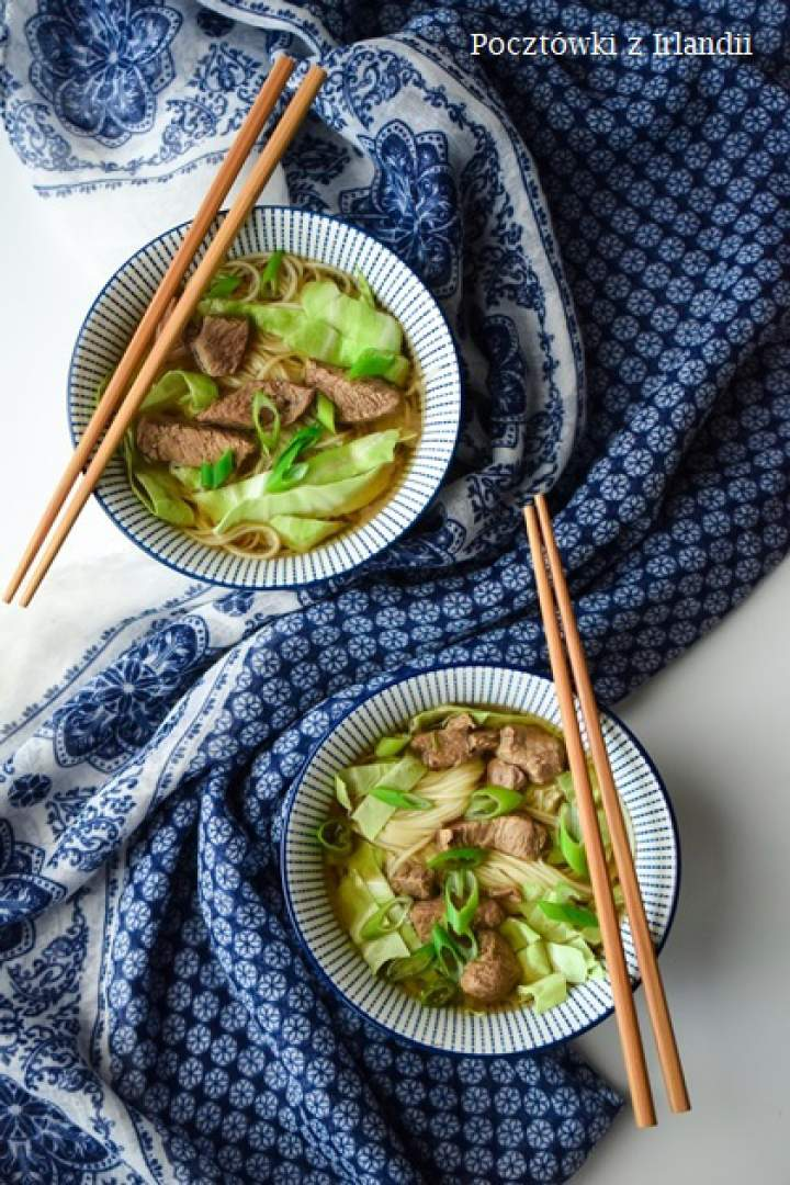 Chińska zupa z wołowiny z makaronem