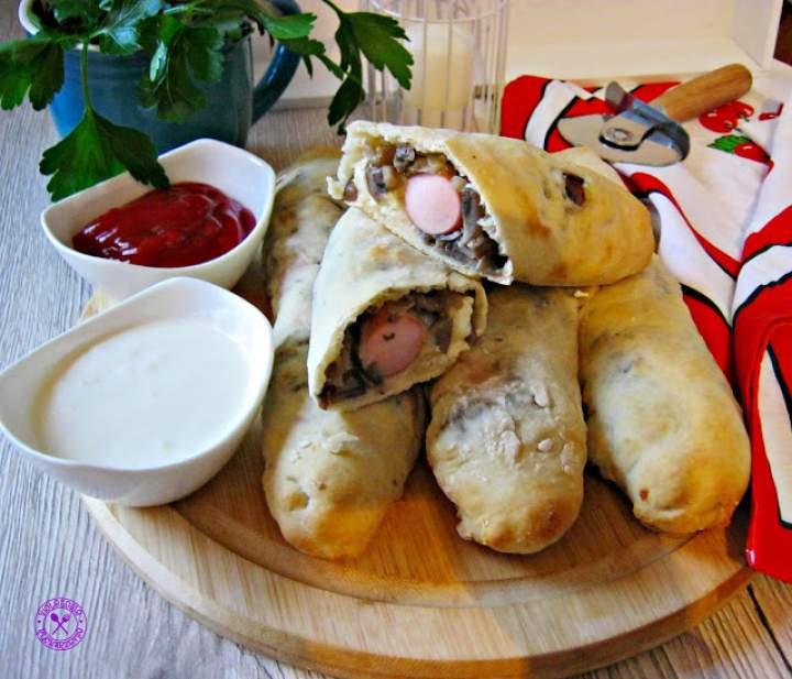Drożdżowe hot dogi z pieczarkami i serem feta