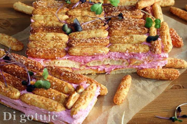 Ekspresowe ciasto ze słomki ptysiowej i kremu truskawkowego (w 10 minut)