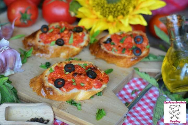 Bruschetty ze świeżymi pomidorami i pachnącą bazylią
