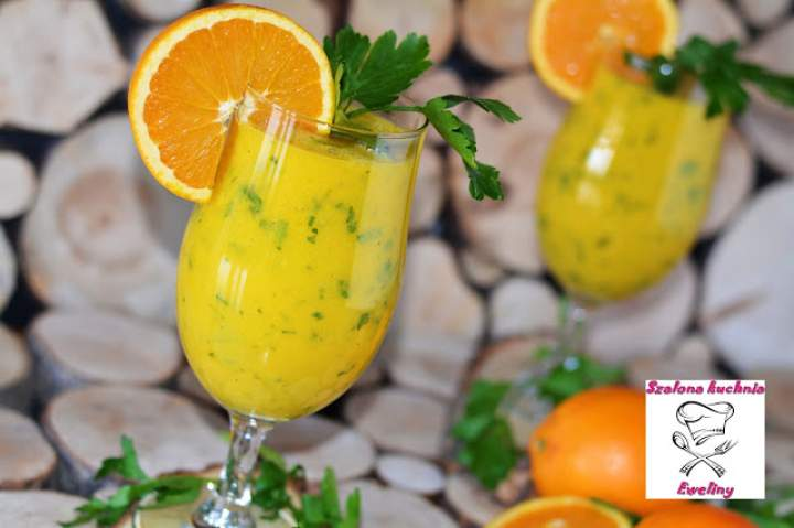 Koktajl z pomarańczy, banana i pietruszki