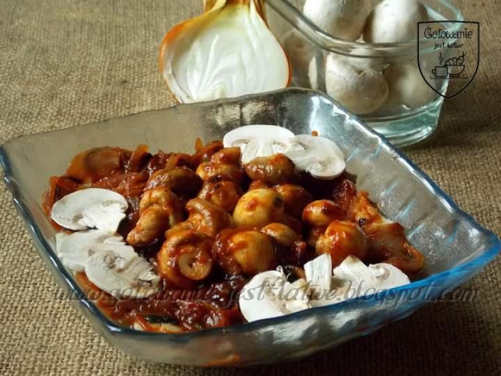 Sałatka śledziowa z cebulą, pomidorami i pieczarkami