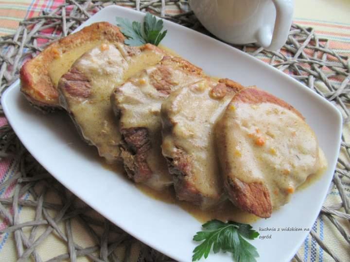 Pieczeń z szynki wieprzowej w gęstym sosie. Soczysta i aromatyczna.