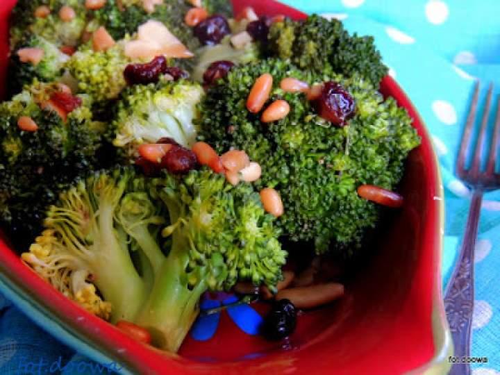 Brokuły z suszoną żurawiną – sałatka na ciepło