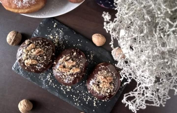 Puszyste pączki z czekoladą i orzechami