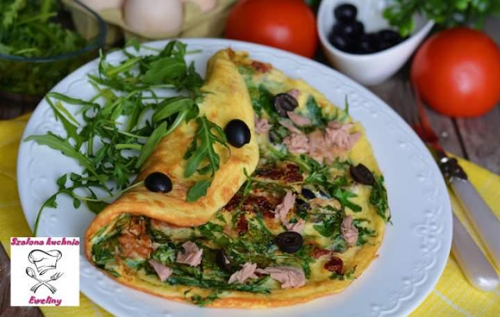 Omlet z rukolą, tuńczykiem i suszonymi pomidorami