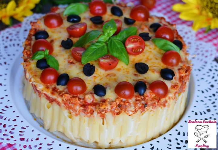 Makaronowy torcik z sosem pomidorowym