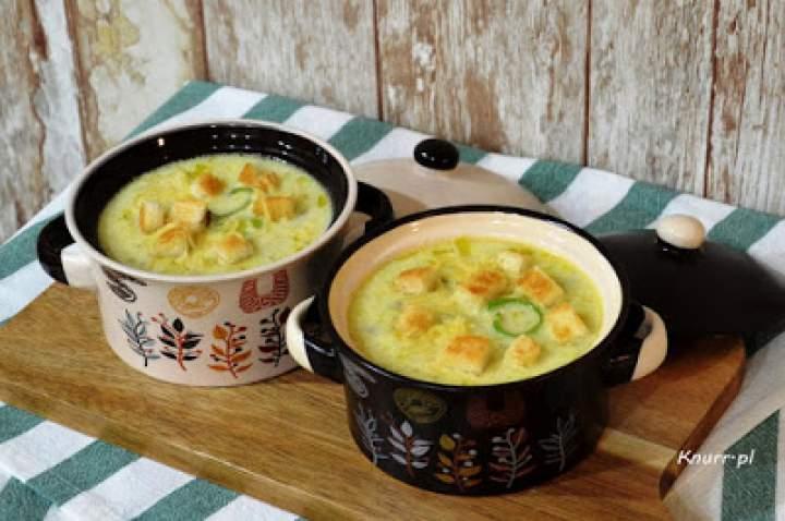 Zupa porowa z serkiem topionym i grzankami