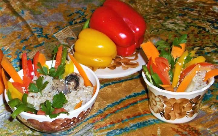 Chińszczyzna ryż z miksem surowych warzyw i gotowanymi pieczarkami
