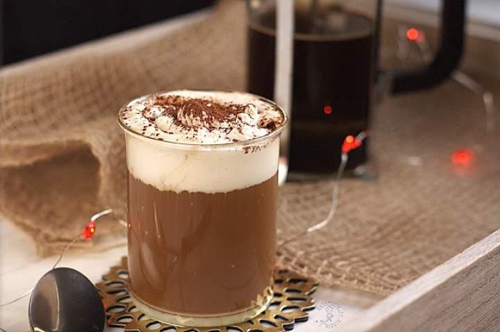 Pyszna Kawa Z Mlekiem Z Tubki Oraz Bitą Śmietanką