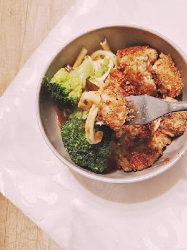 Kurczak w orzechowej panierce z ryżem