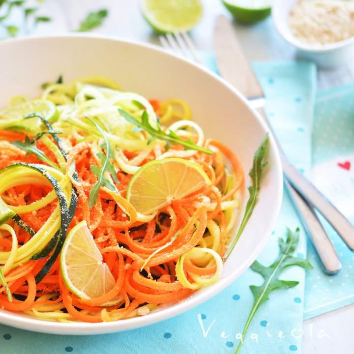 Surowe spaghetti warzywne i test krajalnicy spiralnej