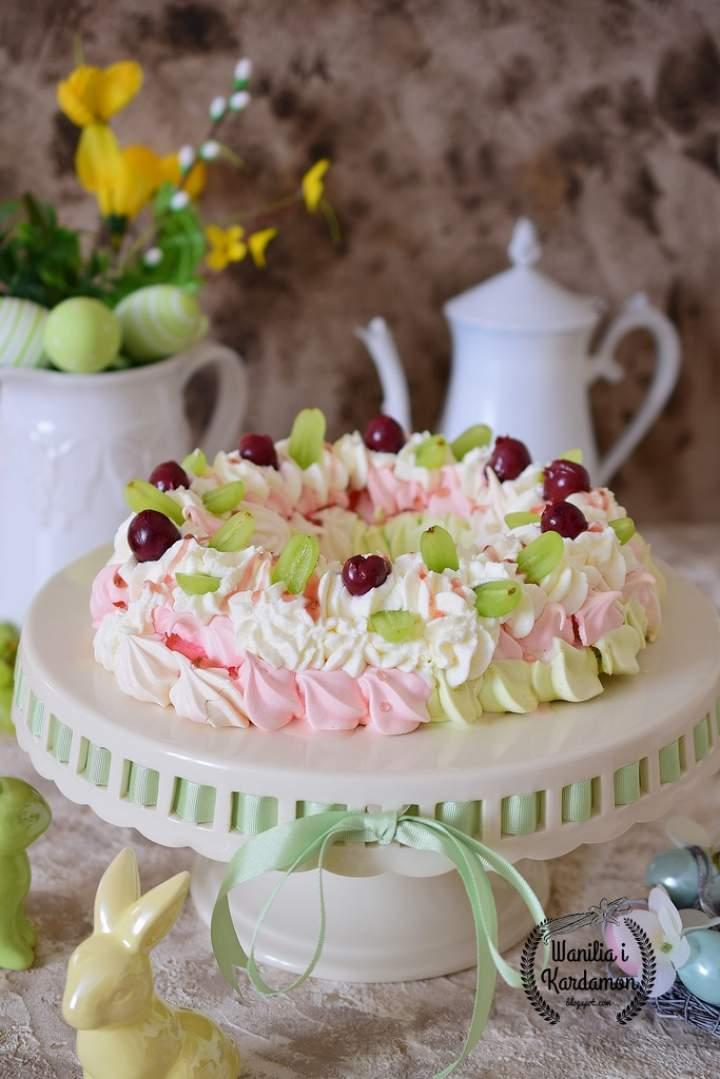 Wielkanocny wianek bezowy z owocami