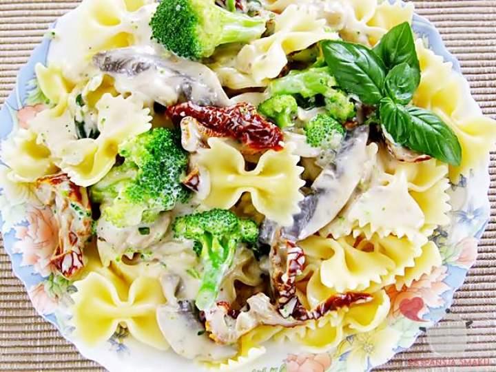 Makaron z sosem pieczarkowym i brokułami