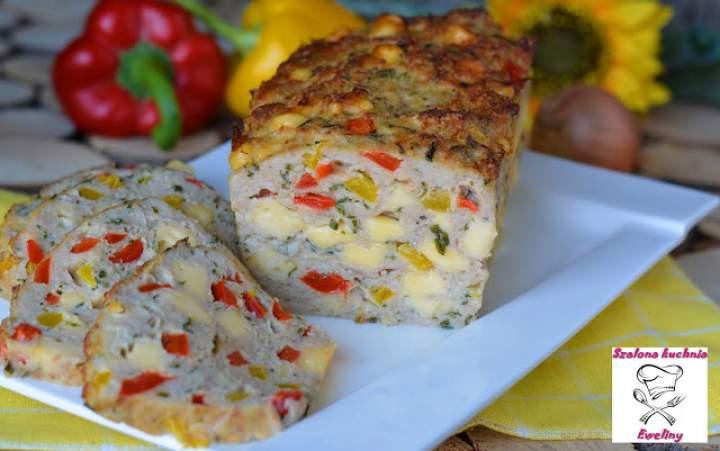 Drobiowa pieczeń z serem i kolorowymi paprykami