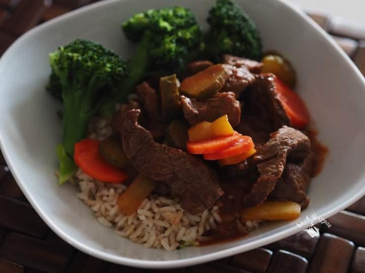 Gulasz wołowy na ryżu
