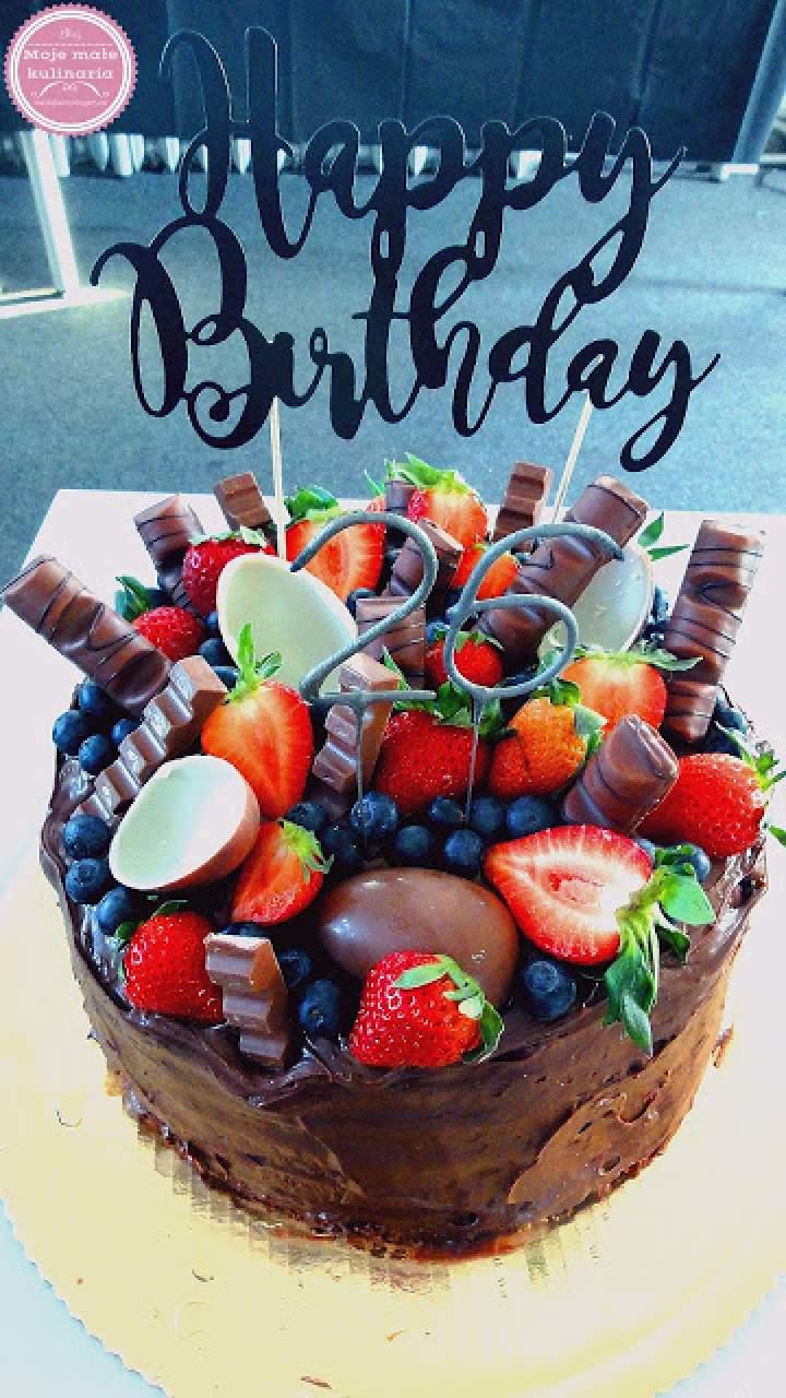 Tort czekoladowy ze słodyczami i owocami