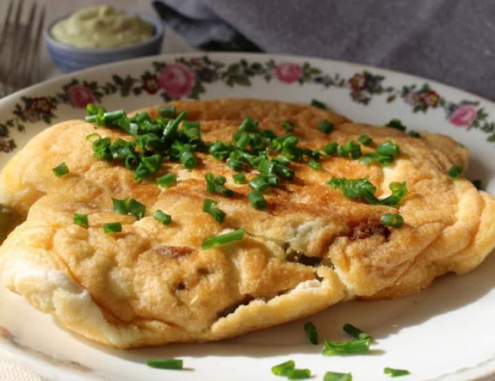 Omlet z anchois, zielonymi oliwkami i remuladą duńską