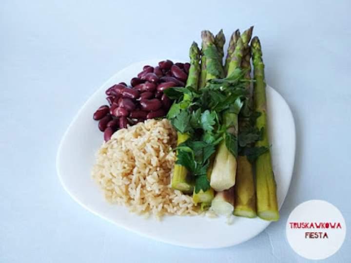 Fasola czerwona z ryżem brązowym i szparagami
