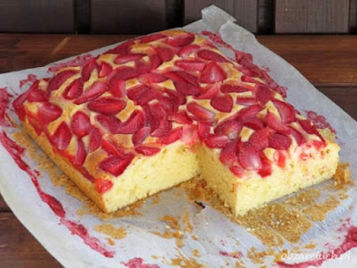 Ciasto z truskawkami – pulchne i szybkie