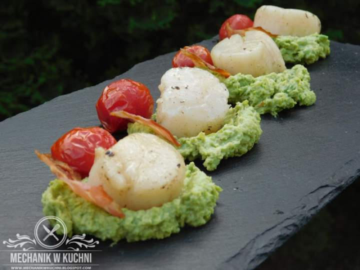 Przegrzebki z grilla z puree z zielonego groszku