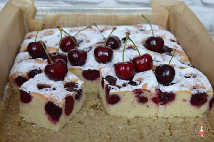 Biszkoptowe ciasto z czereśniami