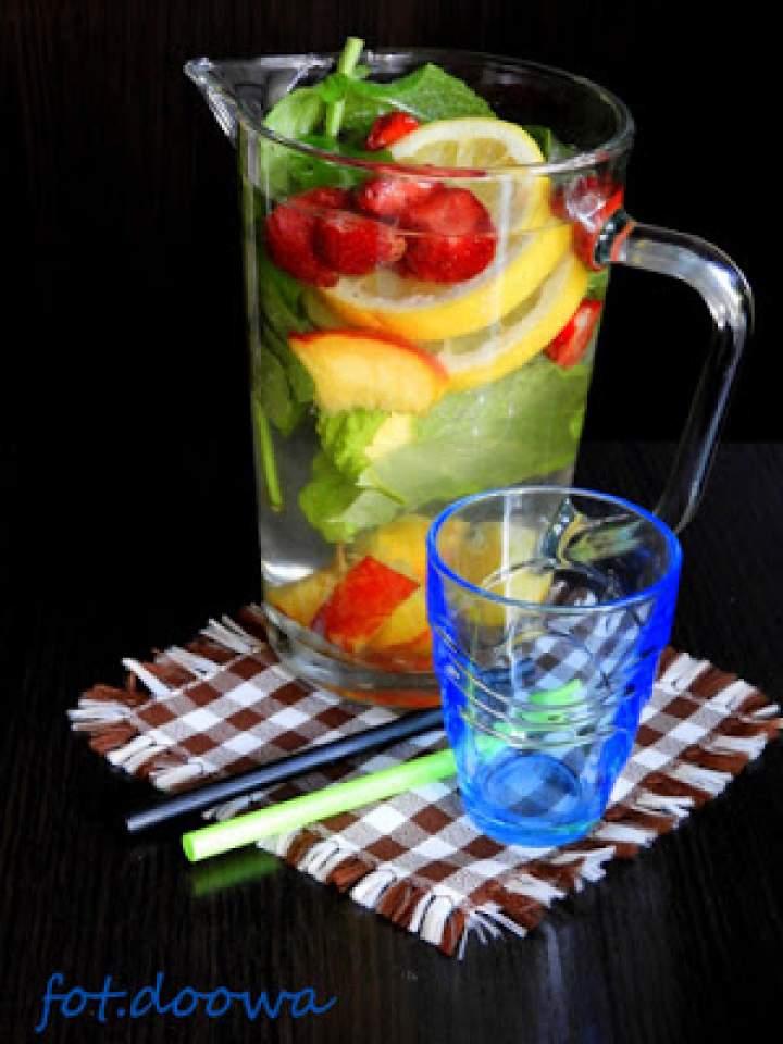 Orzeźwiający napój miętowo – owocowy