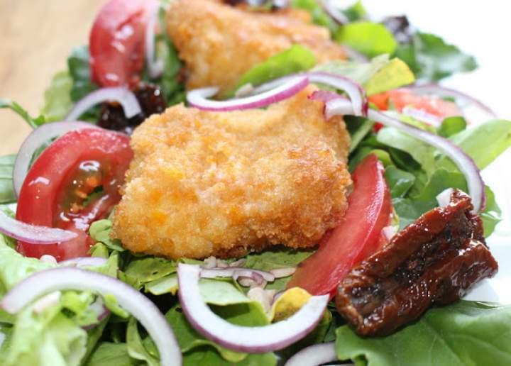Sałatka z polędwicą z dorsza i sosem ziołowo musztardowym