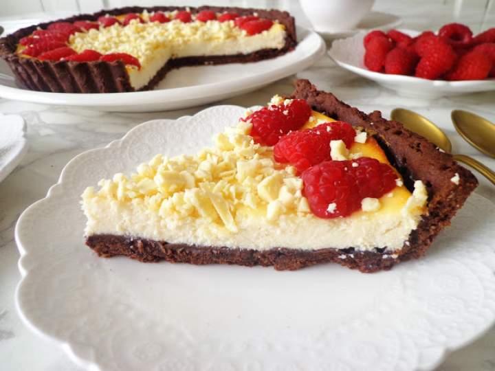Kakaowa tarta z kremem z białej czekolady z malinami (Crostata al cacao con crema al cioccolato bianco e lamponi)
