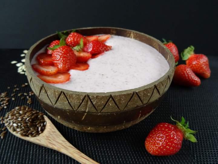 Truskawkowa smoothie bowl z siemieniem