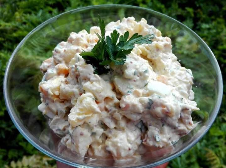 Sałatka z młodych ziemniaków do grilla ze smażoną cebulką