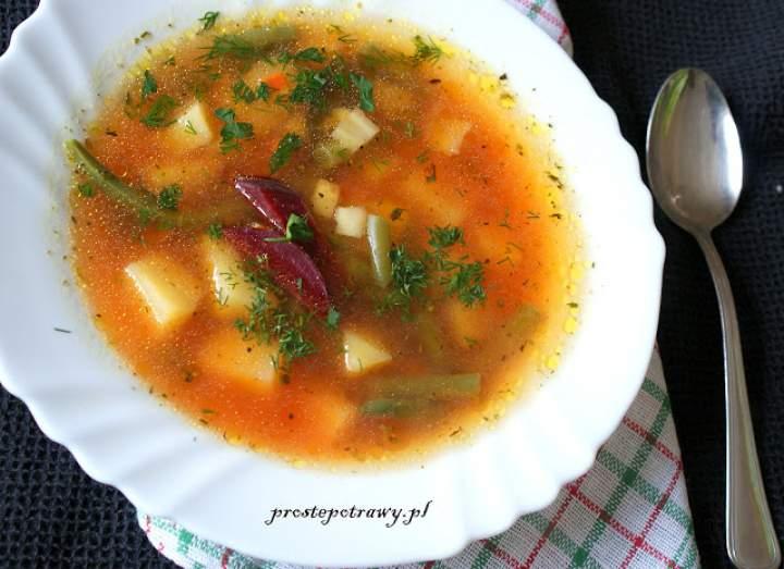 Letnia zupa z fasolką szparagową i czerwonym buraczkiem