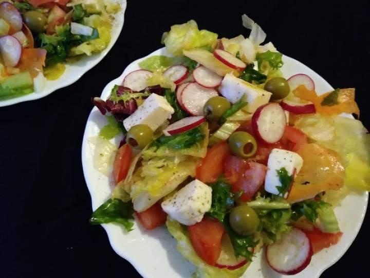Sałatka z mozzarellą, rzodkiewką i oliwkami